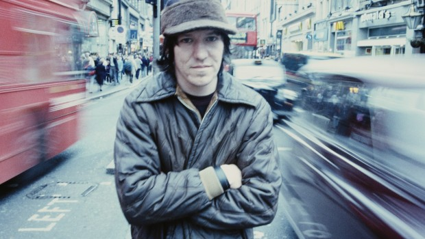 American singer-songwriter Elliott Smith (1969 - 2003), Oxford Street, London, June 1998. (Photo by Andy Willsher/Redferns/Getty Images)