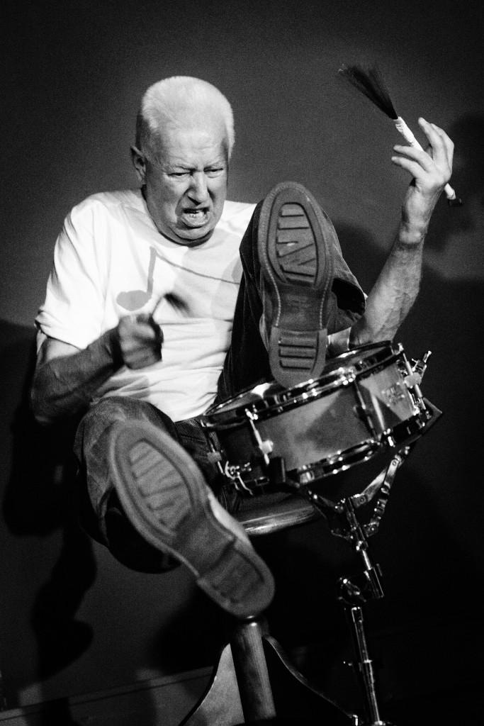 Drumlegende Han Bennink, gefotografeerd in het Mirliton Theater Utrecht. ©2013 Jelmer de Haas