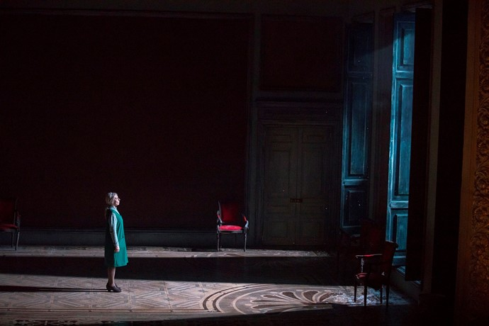 rosy-sanders-as-old-tatyana-in-eugene-onegin-scottish-opera-2018-credit-james-glossop-2